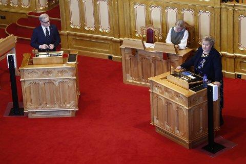 Statsminister Erna Solberg (H), her under en muntlig spørretime nylig, kommer torsdag til Stortinget for å redegjøre for Arbeiderpartiets leder Jonas Gahr Støre (t.v.) og øvrige representanter om koronasituasjonen og nye tiltak.