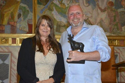 PRISVINNER: Lyddesigner Gisle Tveito med Aamot-statuetten og direktør Christin Berg i Nordisk Film Kino. Foto: Sigurd Moe Hetland