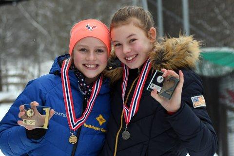 GULL OG SØLV: Bækkelagets Milla tok gullet foran Rustads Mathea, men etter løpet var jentene gode venner.
