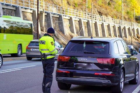 Her stanser Inge Frydenlund en bilfører for et drøyt år siden. Fortsatt kjører bilistene stadig ulovlig på Mosseveien.