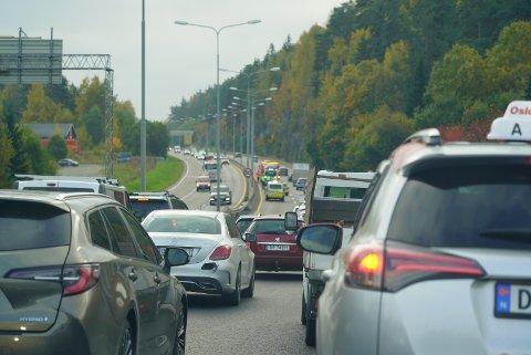 KØER: Et trafikkuhell på E6 ved Mortensrud skapte trafikale problemer fredag ettermiddag.