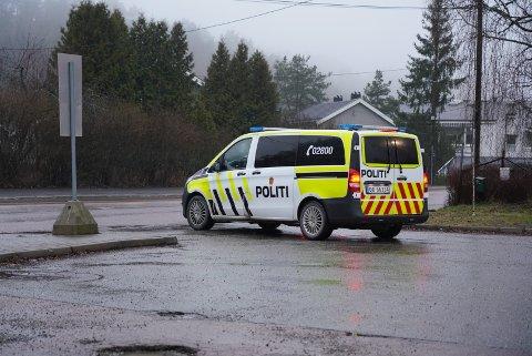 FLERE ENHETER: Politiet var på plass med flere enheter. Da Nordstrands Blad kom til stedet hadde de fleste dratt. Tre patruljer fra politiet var igjen.