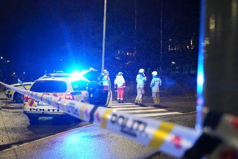 BOMBEGRUPPE: bombegruppe til politiet er på plass på Ulsrud sammen med helse, brann og politiet. Østmarkveien er sperret i begge retninger.
