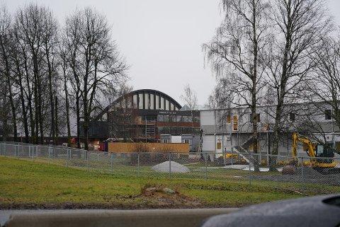 NOE PÅ GANG: Idrettsbarnehagen i Ekeberghallen flytter inn i brakker den første uke i januar.