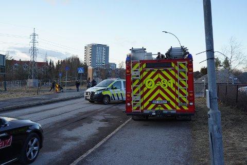 BRANN OG POLITI: Politi og brannvesen rykket ut med flere patruljer til meldingen om større vannlekkasje ved Manglerud skole tirsdag ettermiddag.