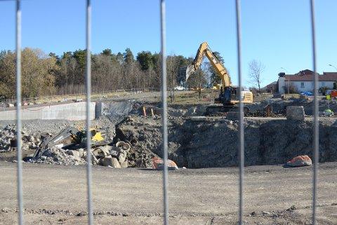HJØRNETOMT: Nye Manglerud bad og aktivitetshus skal bygges på tomten som ligger på hjørnet av Wetlesens vei og Plogveien. I bakgrunnen skimtes den nye adkomstveien til skolen og idrettsanlegget.