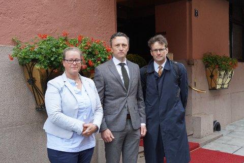 Øvre Ljan Bolig (ØLB) ved styreleder Vibeke Midgaard, advokat Thomas Andersen og Harald Irgens-Jensen, som også sitter i ØLB. - Vi er glad for å være i gang. Prosessen har pågått i veldig lang tid og vært en vanskelig situasjon for festerne, sier advokat Thomas Andersen på vei inn i rettssalen.