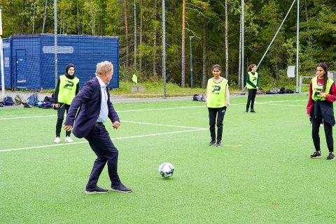PÅ BALL: Her sparker byrådsleder Raymond Johansen i gang aktivitetstilbudet for ungdommene på Mortensrud. En av fokusområdene er blant annet å få flere jenter med.
