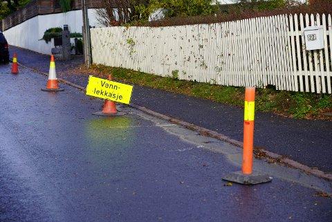 Det er satt opp skilt der vannlekkasjen er lokalistert. I morgen vil veien bli åpnet for å fikse hullet i vannrøret.