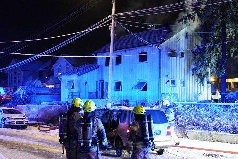 BRANN: Denne tomannsboligen i Raschs vei begynte å brenne mandag kveld.