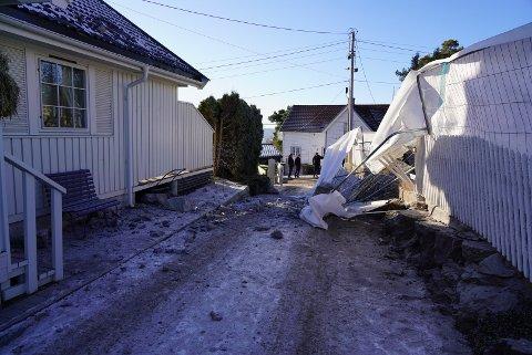 Bare flaks gjorde at ingen gikk her da steinen gikk i lufta og traff det hvite huset til venstre.