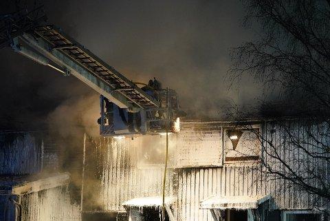 Brannen i rekkehusene i Marmorveien har blusset opp igjen. Klikk på pilene for å se flere bilder!