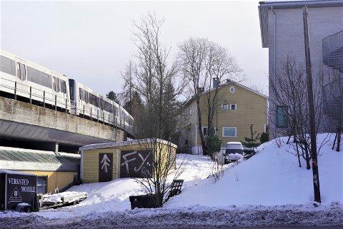 Mellom T-banen og boligblokkene på hjørnet av Sandstuveien og Steingrimsvei ligger dette gule huset, som er planlagt revet til fordel for en ny blokk.
