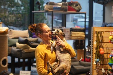 Thale Svenneby er butikksjef på dyrebutikken til Anicura på Ekeberg. De utlyser tre deltidsstillinger. Her er Svenneby med hunden Io.