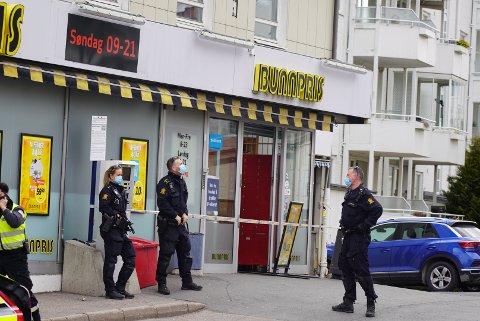 Politiet stengte av butikken i en periode etter hendelsen. Det skal ha vært mye patruljer på stedet.