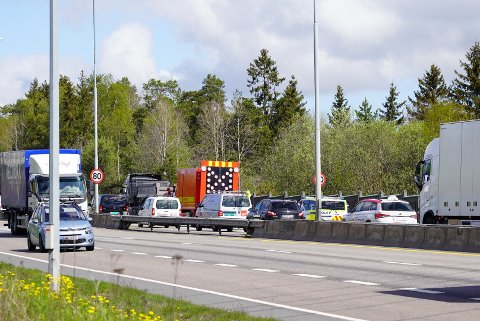 Det er kø på E6 ved Klemetsrud etter at en lastebil ble stående fast.