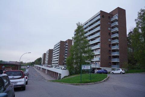 Det var i en leilighet i en av disse boligblokkene bak Bogerud senter det brant natt til fredag 21. mai.