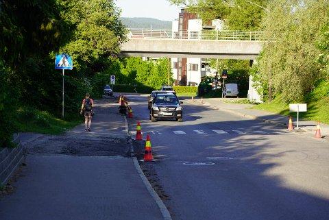 Her i Sandstuveien på Brattlikollen skal det komme sykkelfelt på nordsiden av veien (t.v.).