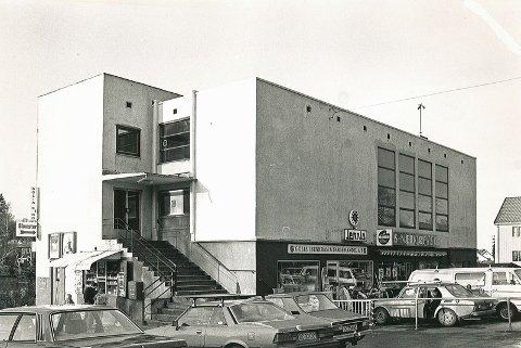Slik så bygget ut i 1982, med både dagligvarehandel og jernvarebutikk