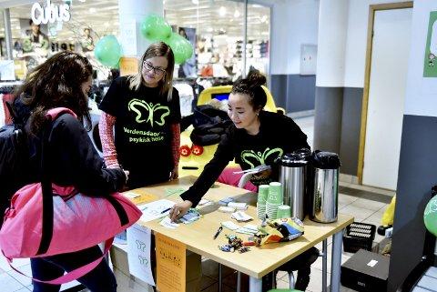 Stand: Sjukepleier Monica Hagen Brun og vernepleier Marit Løkken Sanden sto på stand på Amfi Otta og orienterte om psykisk helse.