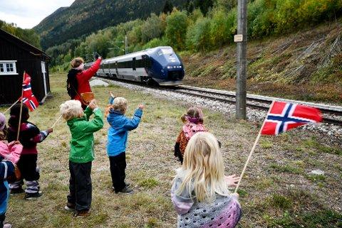 Barnehagebarna vinker til toget i retning Trondheim. Sveip til høyre for flere bilder.