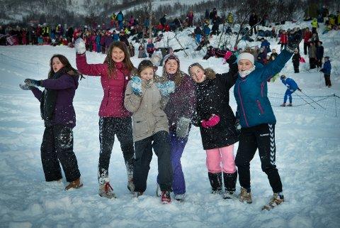 Hedda Bjerkaas, Shahida Wenham, Ronja Sørensen, Oliva Bessesen, Amma Berntsen og Maja Hansen koser seg på NM på ski.