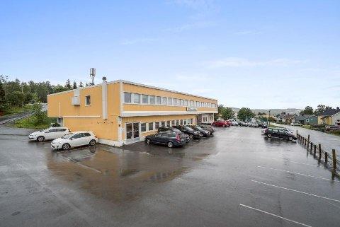 SELGES: Etter fem i Tromsprodukts eie, selges nå bygget på Mortensnes.