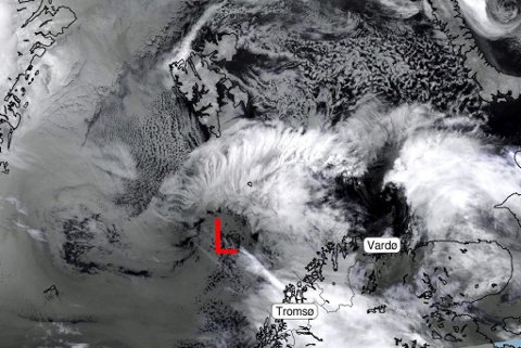 PÅ VEI: Dette satelittbildet ble tatt torsdag morgen og viser uværet utenfor kysten av Troms og Finnmark. Det er ventet å nå land i løpet av kvelden.