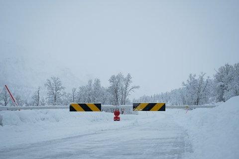 STENGT: Veien over Kattfjordeidet, fylkesvei 862, blir stengt i flere dager etter kjempeskredet som gikk over veien søndag ettermmiddag. Foto: Ole Åsheim