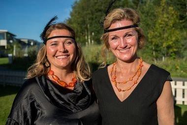 LIKE KLÆR: Hanne Sofie Roaldsen og Ann Kjersti Johnsen fikk beskjed om å ha på seg like klær under innspillingen. - Det var visst bare vi som fikk beskjed om akkurat det, sier Roaldsen og ler.