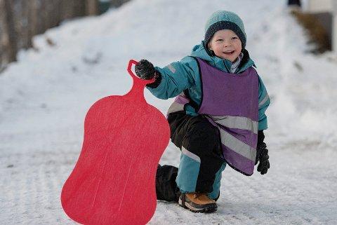 Noah (5) gleder seg til jul. Men først skal han ut og leke.