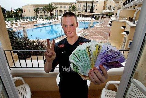 Runar Normann poserer med sin kasinogevinst på rundt 190.000 kroner. Det ble en viss oppvask i etterkant av dette.