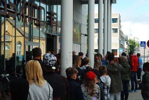 POPULÆRE: Hundrevis av barn og foreldre møtte opp tidlig for å sikre seg autografen til heltene før filmpremieren.