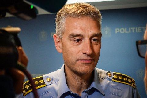 DRAPSSAK: Politiet, her ved regionlensmann Andreas Nilsen i Midt-Troms, holdt fredag pressekonferanse etter at en mann i 30-årene ble pågrepet onsdag, siktet for Sjøvegan-drapet i 1998.
