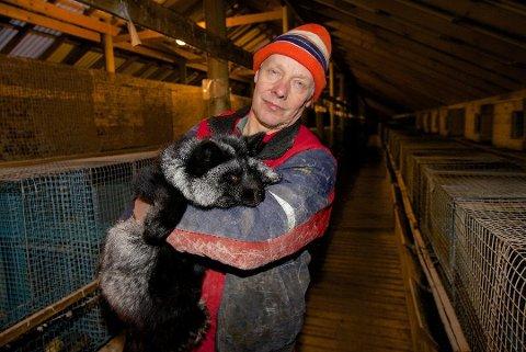 MÅ LEGGE NED: Levin Mikkelsen fra Kåfjorddalen blir tvunget til å legge ned livsverket. Den veldrevne pelsgården må saneres etter hestehandelen på Stortinget denne uka. Foto: Ola Solvang
