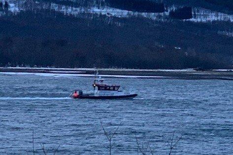 UT PÅ TUR: Her tøffer redningsskøyta «Gideon» utover fjorden igjen etter å ha undersøkt bunnforholdene i elvdedeltaet.