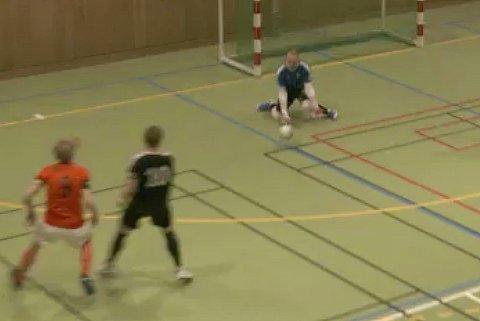 TABBE: Hans-Eivind Rydeng skulle tatt denne avslutningen fra Utleiras Simon Karl Johansson. I stedet glapp ballen mellom hendene og Sjarmtrollan rotet vekk to poeng i toppkampen.