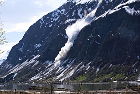 BULDER OG BRAK: Snøskredet 31. mai ned fjellsiden av Pollfjellet.
