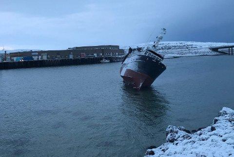 GIKK PÅ GRUNN I NATT: En tråler har gått på grunn utenfor havna i Vadsø. Foto: Politiet