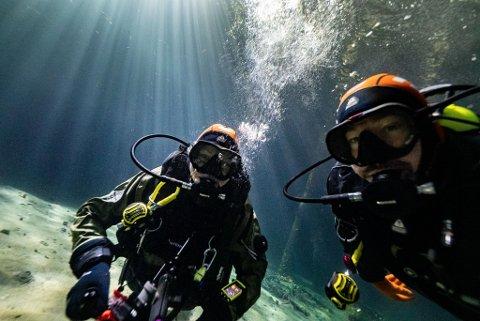 UNDER VANN: Her er David Gonzalez og Liga Sirava nede på havbunnen for å ta bilder.