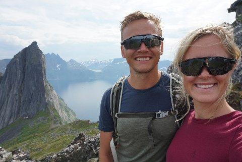 HESTEN OG SEGLA: Jeppe Bergan og Elisabeth Haavardsholm på toppen av fjellet Hesten med nabofjellet Segla i bakgrunnen.