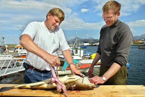 Ketil Voll med turist Jonas Nilsson utenfor sløyehallen til Sommarøy Cruise.