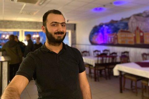 DRÆMMEJOBB: Rashid Mohammed startet restauranten i 2019. Han sier han elsker jobben, både å lage mat og å få snakket masse med folk.