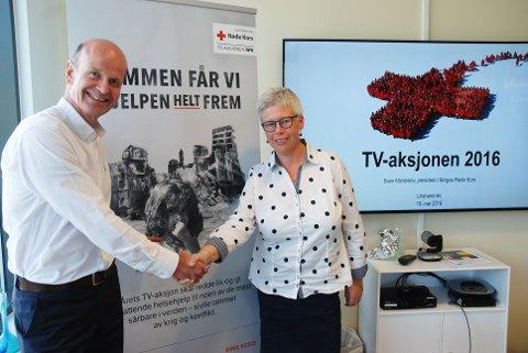 Presidenten i Norge Røde Kors, Sven Mollekleiv sammen med daglig leder i Oppland Røde kors, Hanne-Gunn Røraas fra Gjøvik. FOTO: Fylkesmannen i Oppland
