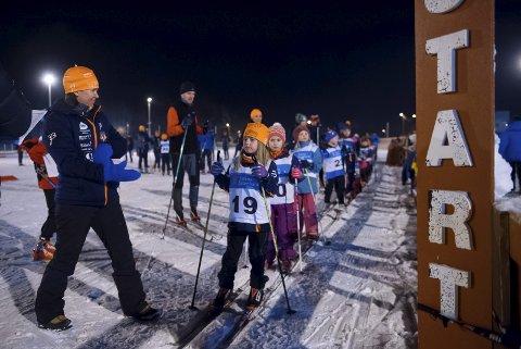 KLAR, FERDIG...: Endelig kunne klubbrennsesongen starte. På Vindplassen sto over 200 små og litt større skiløpere i kø for å delta onsdag kveld.
