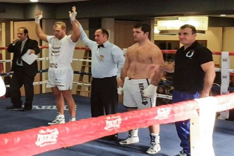 Kent Erik Bådstad (t.v.) utropes som vinner i sin proffdebut som bokser i Toledo i spania.