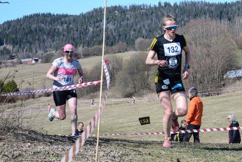 Mathilde Myhrvold i tet foran Ida Gjermundhaug Pedersen rett før mål.