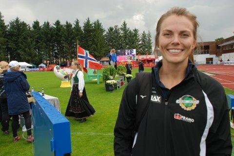 Mens tettrioen fikk sine medaljer i bakgrunnen, måtte Oda Utsi Onstad ta til takke med den sure 4. plass. Men som man ser tok hun det med et smil. Foto: Jon Wiik.