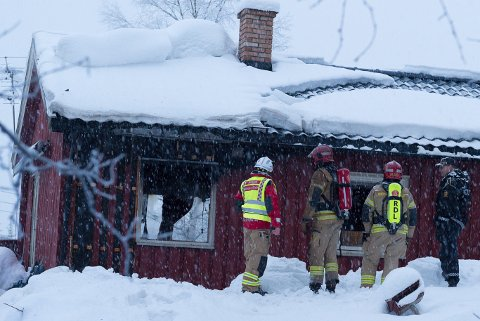 BODDE ALENE: Ifølge naboer bodde den omkomne pensjonisten  alene i huset etter at kona døde. Brannvesenet og politiet håper å finne brannårsaken.