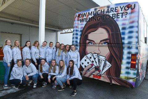 JENTEBUSSEN: 21 jenter på Lena/Valle videregående har gått sammen og skal rulle med russebussen Foxwoods.